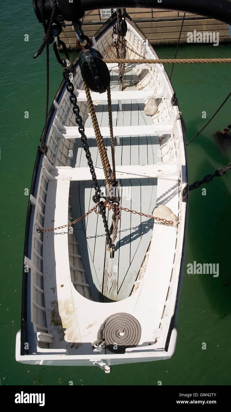 AJAXNETPHOTO. 2015. PORTSMOUTH, ENGLAND. - PULLING GIG - OVERHEAD VIEW OF A SHIP'S NAVAL ROWING AND PULLING - Stock Image