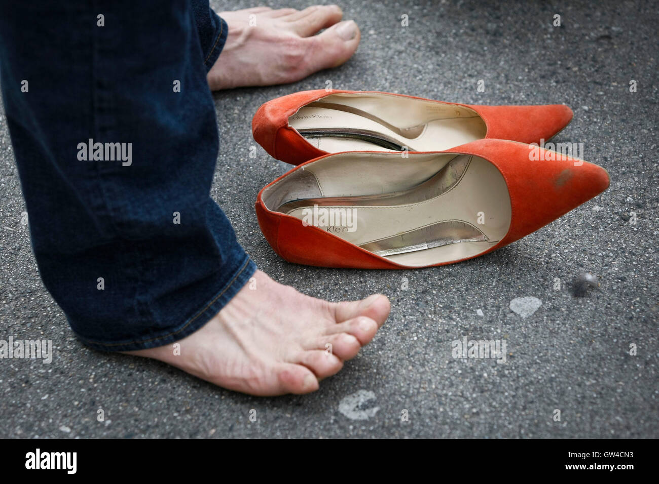 Vancouver, Canada. 10th Sep, 2016. A participant takes a break from his high heels during the 'Walk A Mile in - Stock Image