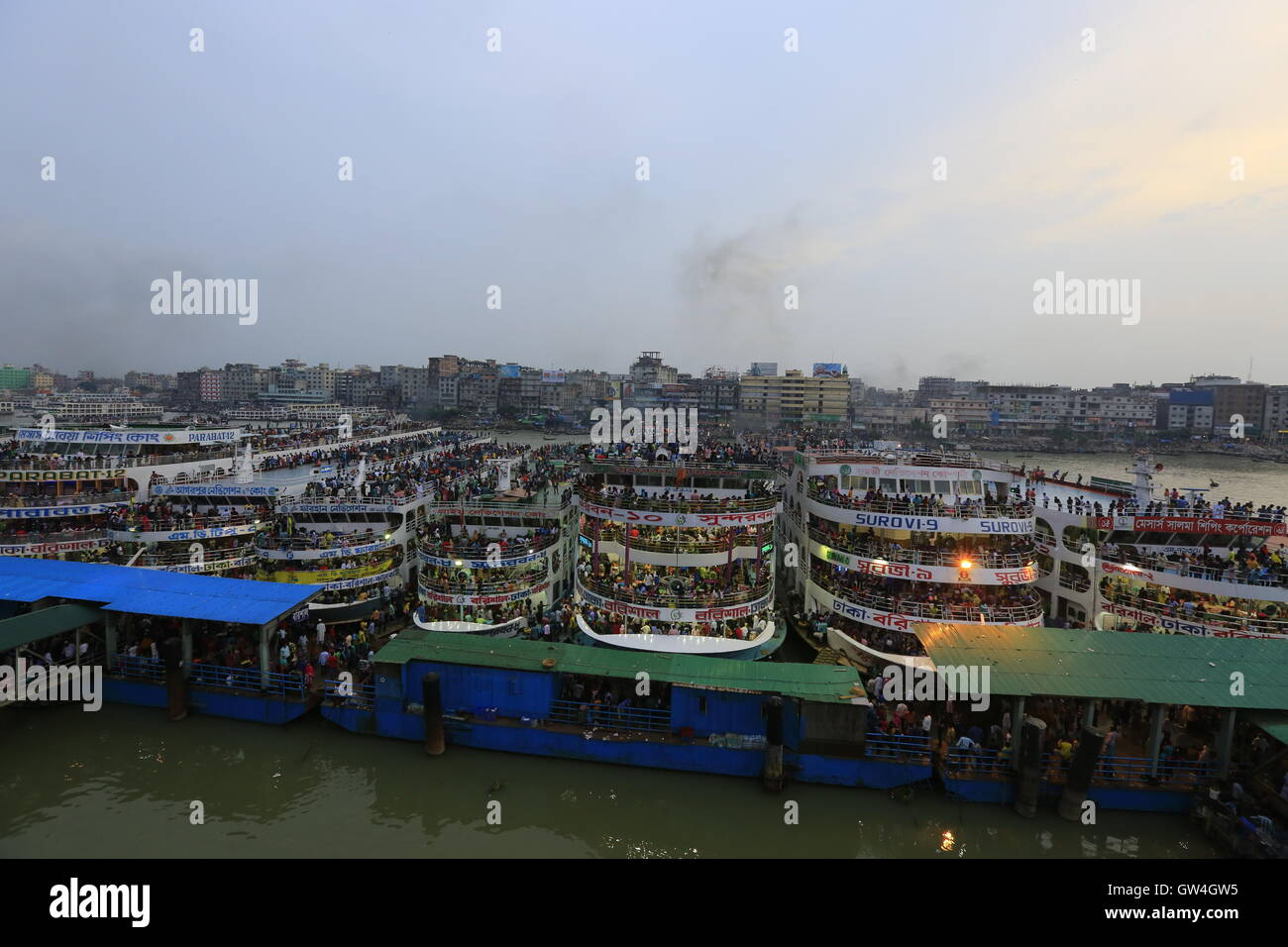 Dhaka, Bangladesh. 11 September, 2016. Thousands of city dwellers boarding launches at Sadarghat Launch Terminal - Stock Image