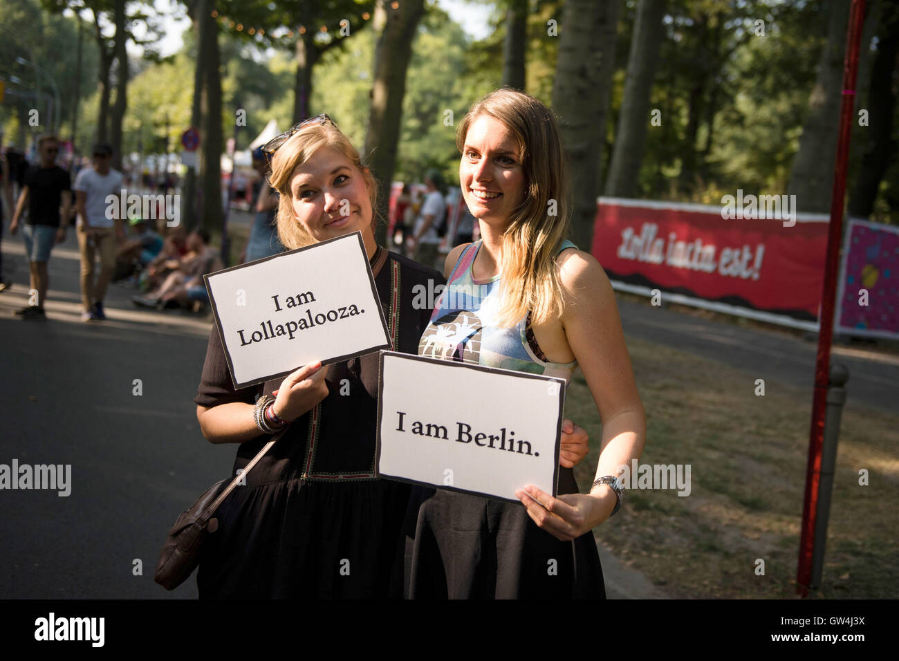 Two visitors holding up signs reading 'I am Lollapalooza' and 'I am Berlin' at the Lollapalooza - Stock Image