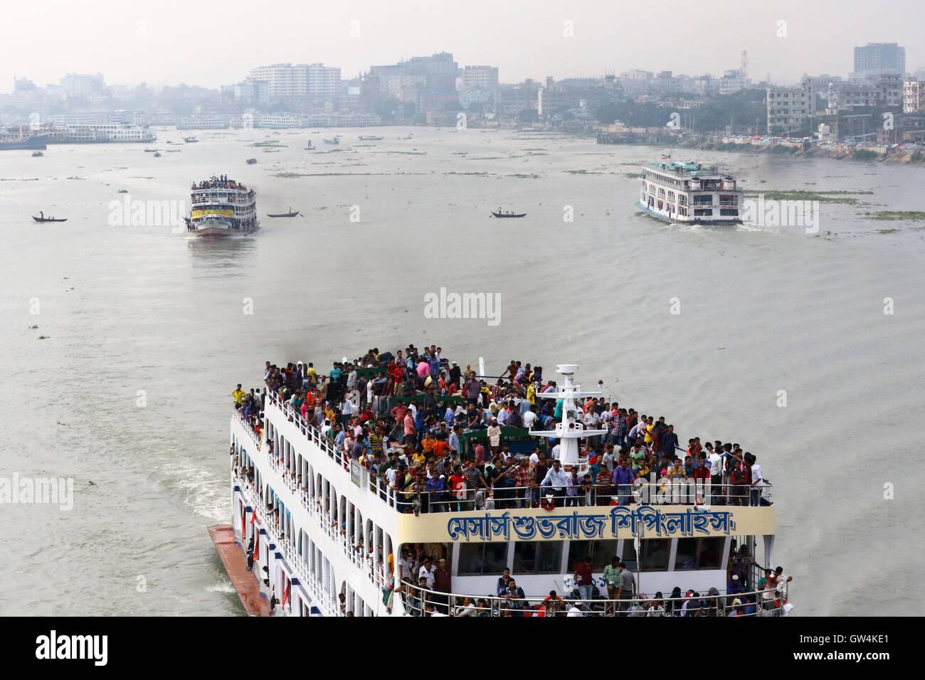 Dhaka, Bangladesh. 11th September, 2016. : Thousands of Bangladeshis cram ferries, as they rush home to be with - Stock Image