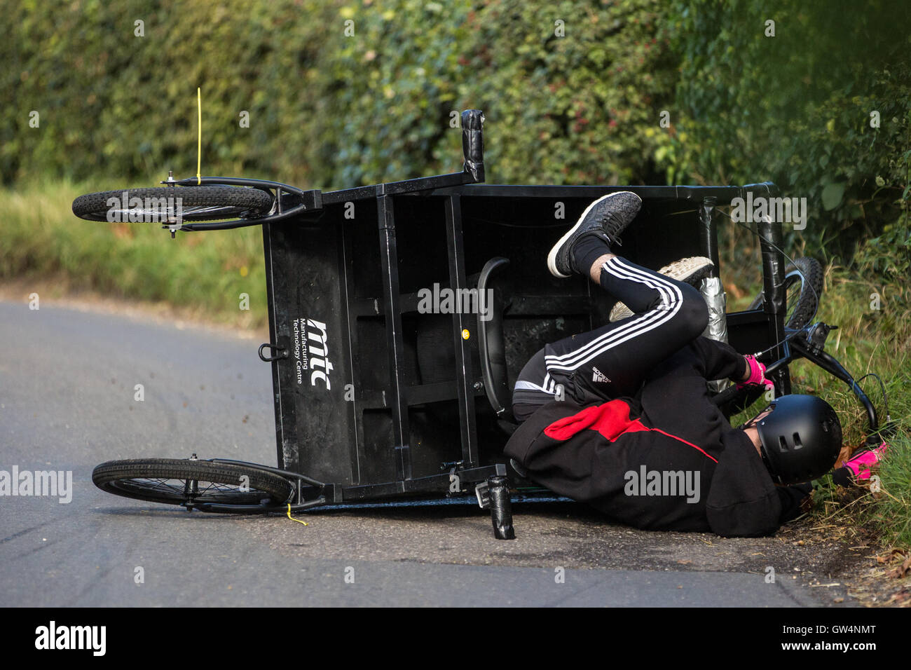 Cookham Dean, UK. 11th Sep, 2016. A custom-built go-kart crashes into the verge during the Cookham Dean Gravity - Stock Image