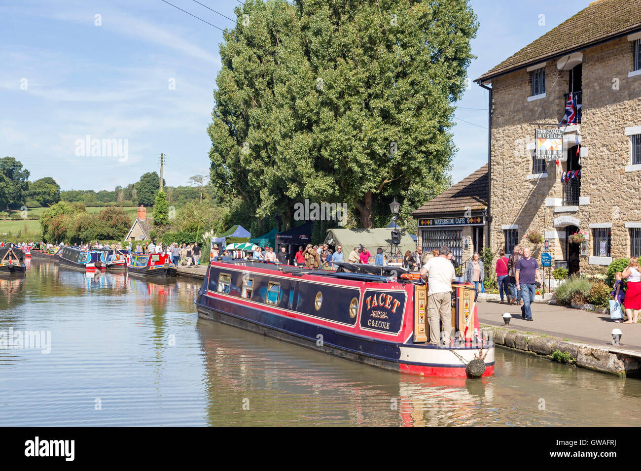 Narrowboats on the the Grand Union Canal at Stoke Bruerne, Northamptonshire, England, UK - Stock Image