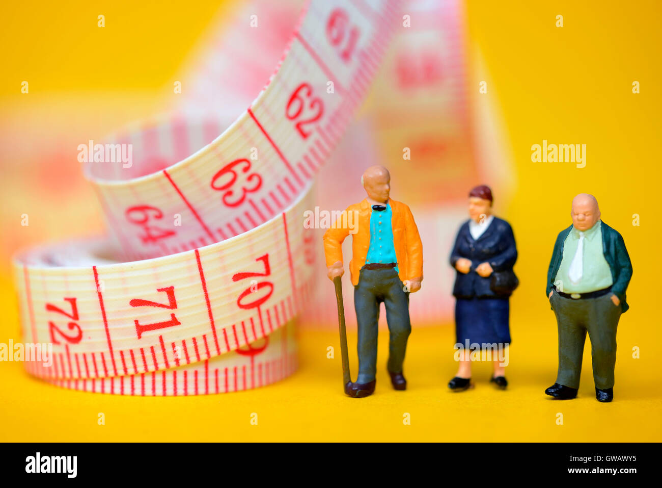 Senior citizens and dimension tape, symbolic photo Flexi pension, Senioren und Massband, Symbolfoto Flexi-Rente Stock Photo