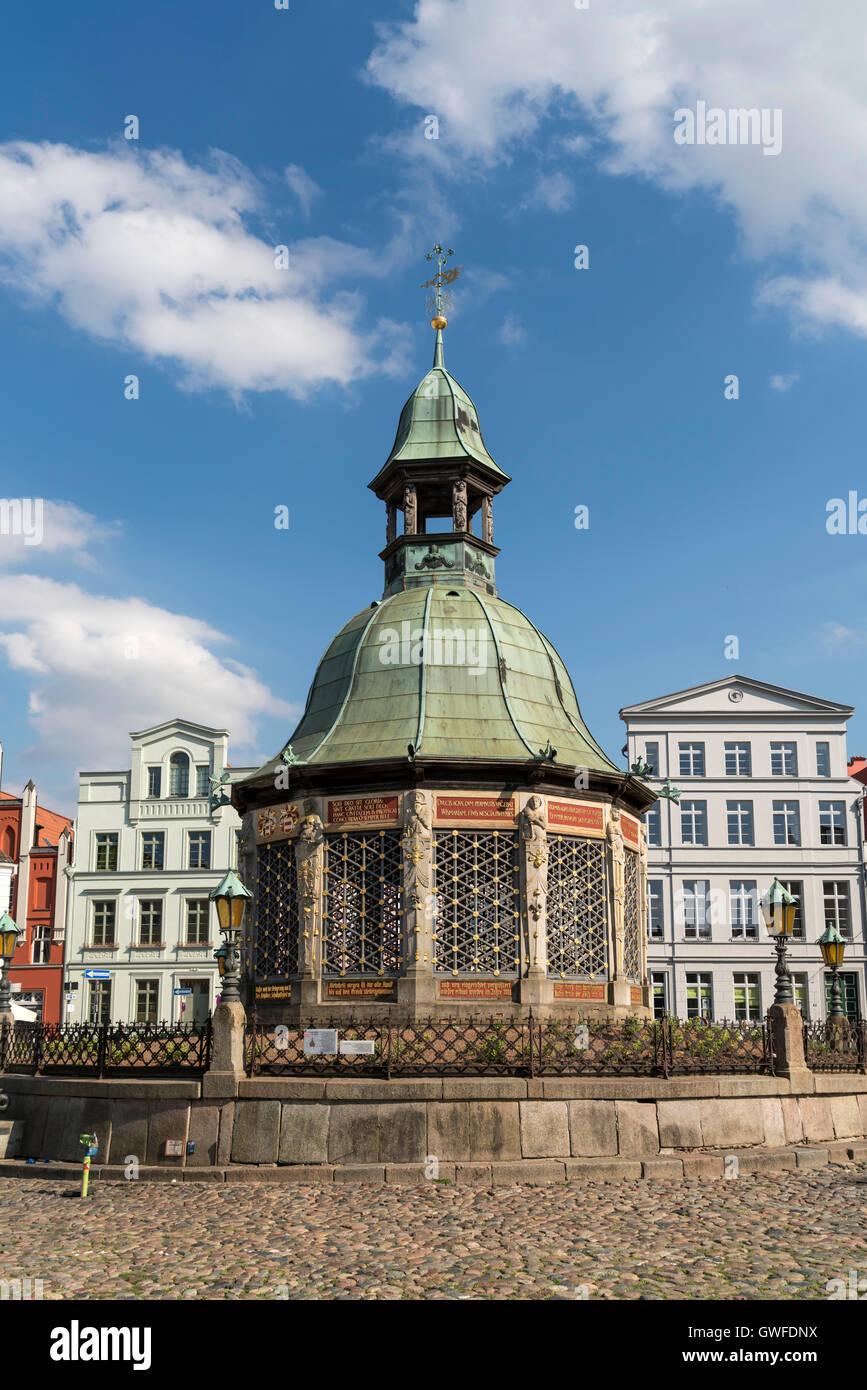 Market Square with the landmark waterworks or Wasserkunst, Hanseatic City of Wismar, Mecklenburg-Vorpommern, Germany - Stock Image