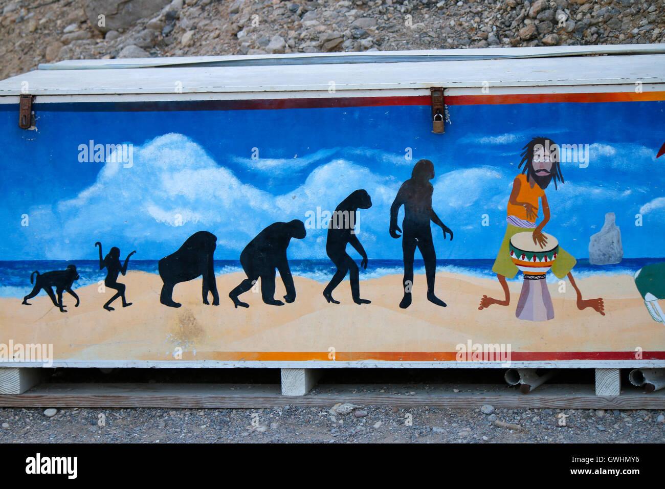 Malerei: Evolution, an dessen Ende der Schlagzeuger/ Drummer/ perkussionist steht, Cala Benirras, Ibiza, Spanien. - Stock Image