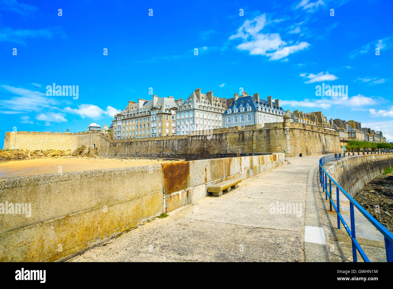 Saint Malo city walls and beach. Brittany, France, Europe. - Stock Image