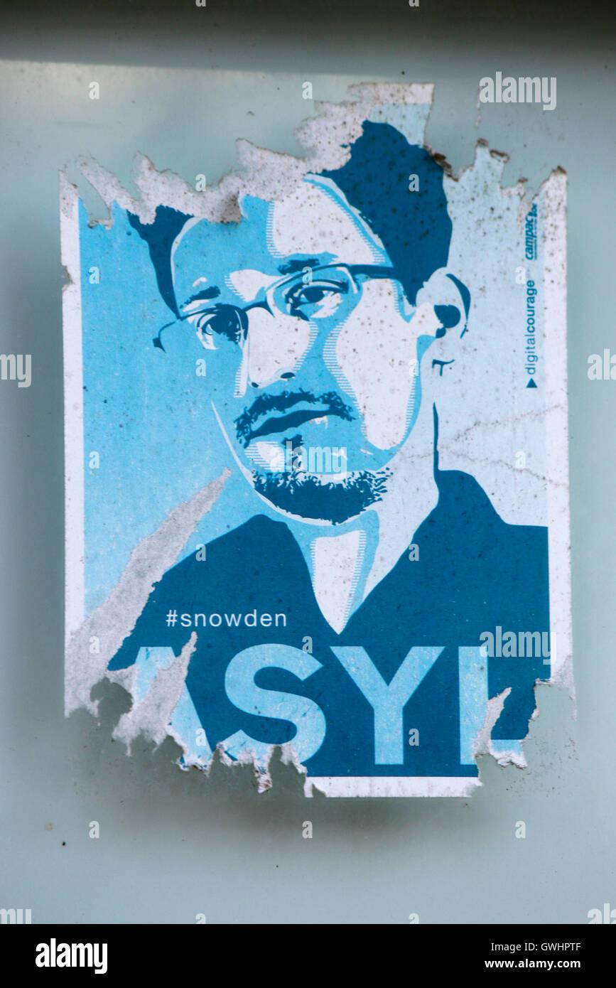 ein bereits verblichener Aufkleber mit der Forderung, dem US-amerikanischen Whistleblower Edward Snowden Asyl zu - Stock Image