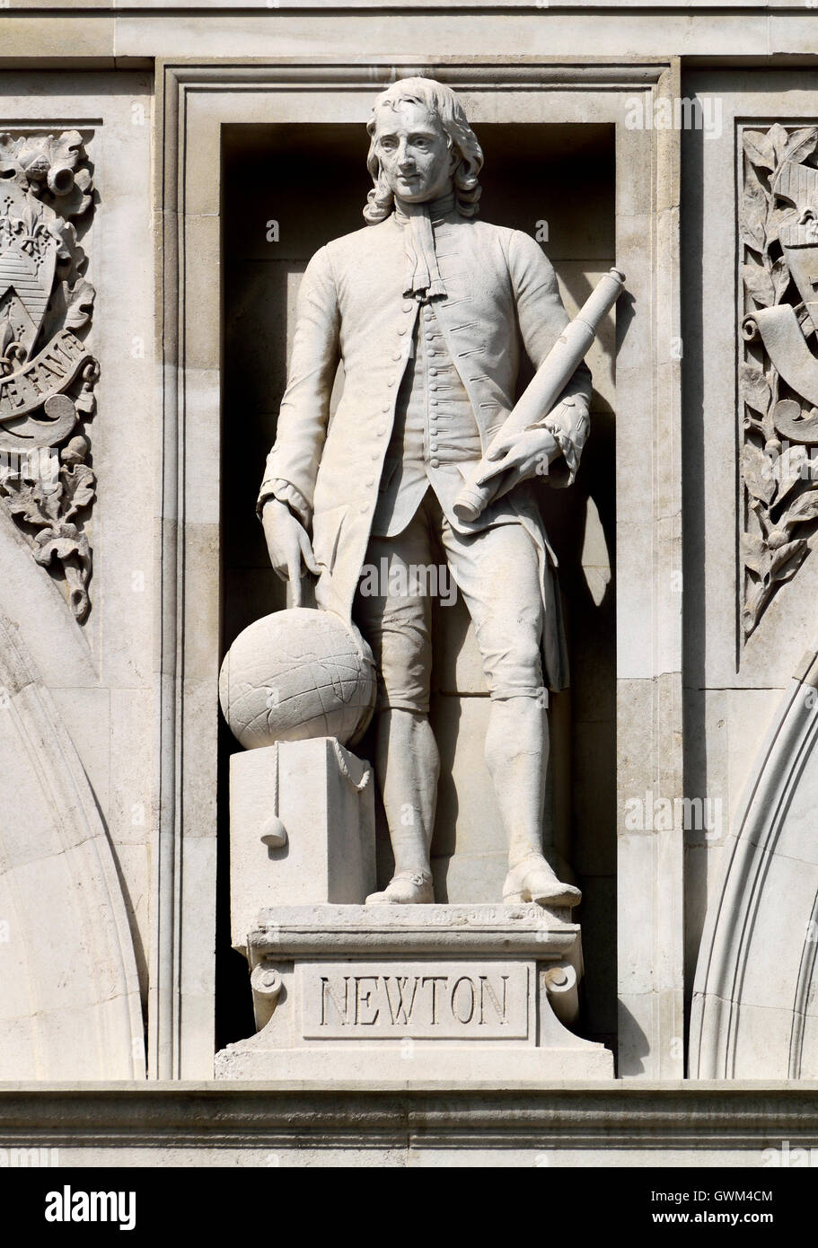 London, England, UK. City of London School, Victoria Embankment. Statue on facade: Isaac Newton - Stock Image