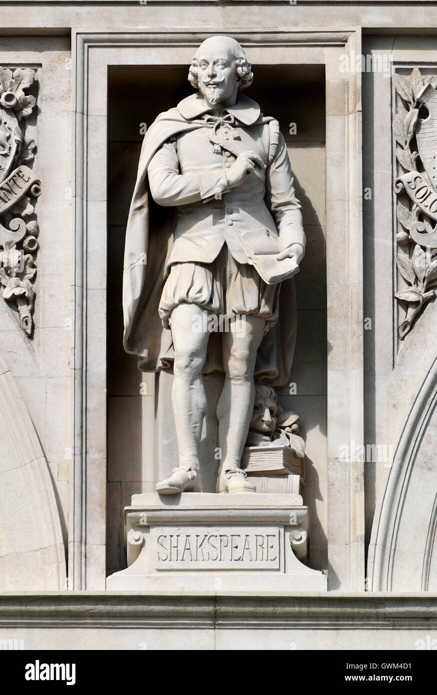 London, England, UK. City of London School, Victoria Embankment. Statue on facade: William Shakespeare - Stock Image