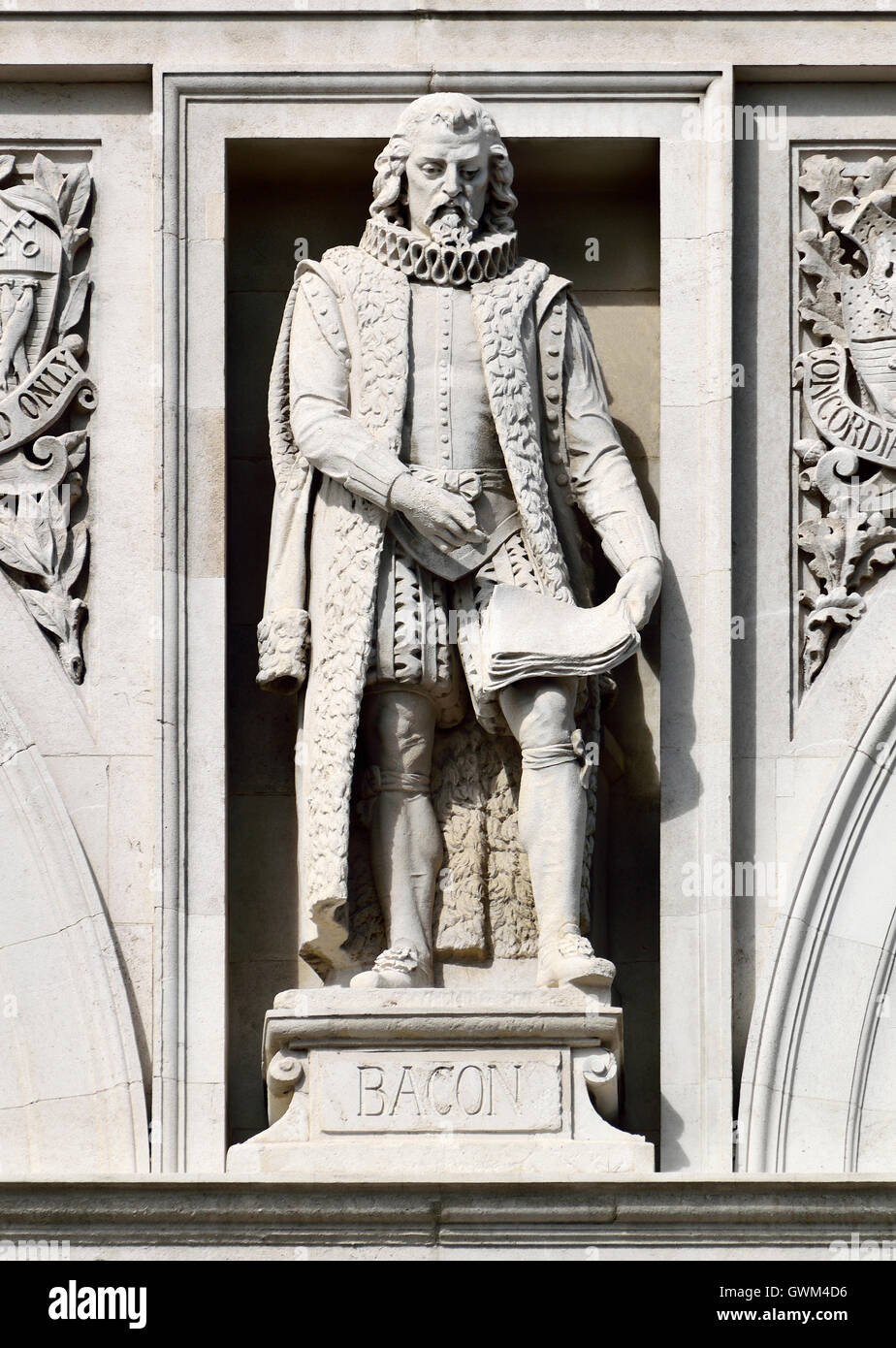 London, England, UK. City of London School, Victoria Embankment. Statue on facade: Francis Bacon - Stock Image
