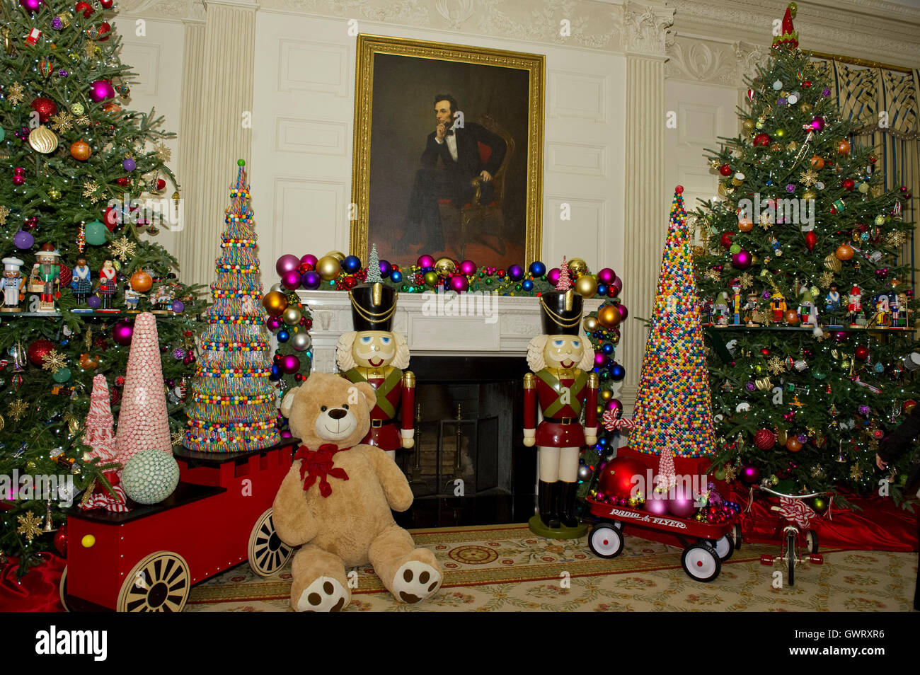 Decorations in the state dining room surround the portrait of former decorations in the state dining room surround the portrait of former united states president abraham lincoln on the state floor as part of the 2015 white dzzzfo