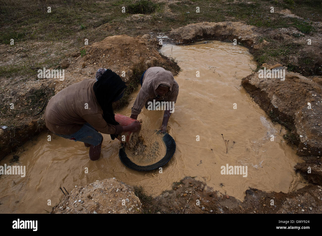 Two women are digging for gold ( Madagascar) - Stock Image