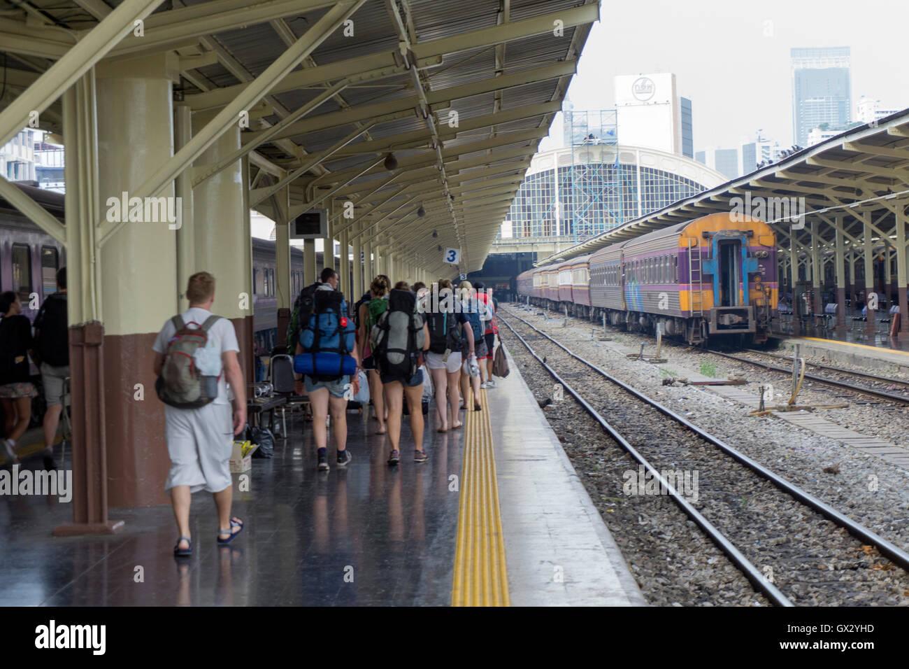 Backpackers arriving in Hua Lamphong railway station in Bangkok - Stock Image