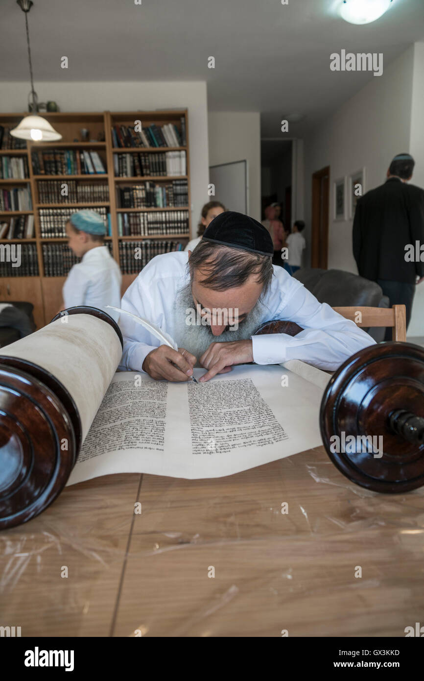 Neria, Israel. 15th September, 2016. A scrivener finishes to write the Torah scroll (Bible), containing the Pentatuch, Stock Photo