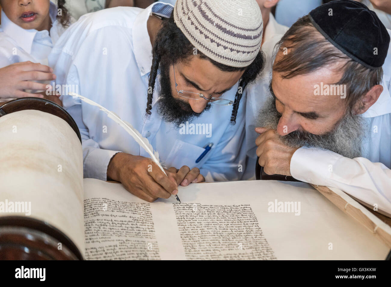 Neria, Israel. 15th September, 2016. A scrivener helps a man to write the last letters in the holy  Torah scroll - Stock Image