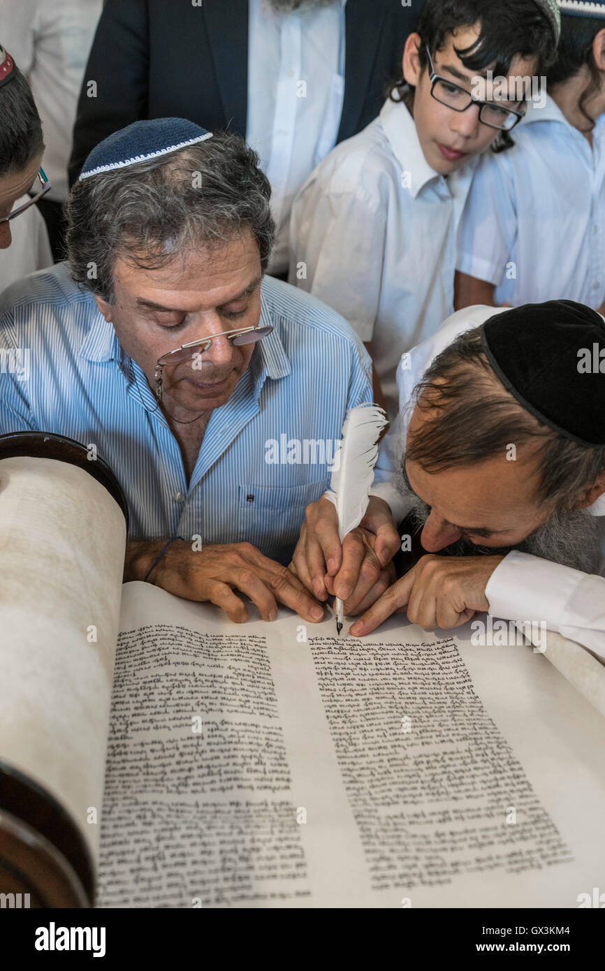 Neria, Israel. 15th September, 2016. inauguration of a Torah scroll (Bible), containing the Pentatuch, Judaism holliest - Stock Image