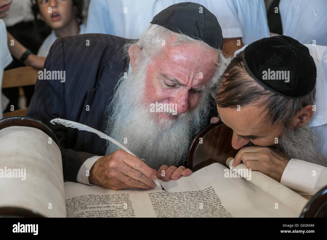 Neria, Israel. 15th September, 2016. A scrivener helps Rabbi Michael Hershkovits of the vilage of Neria to write - Stock Image