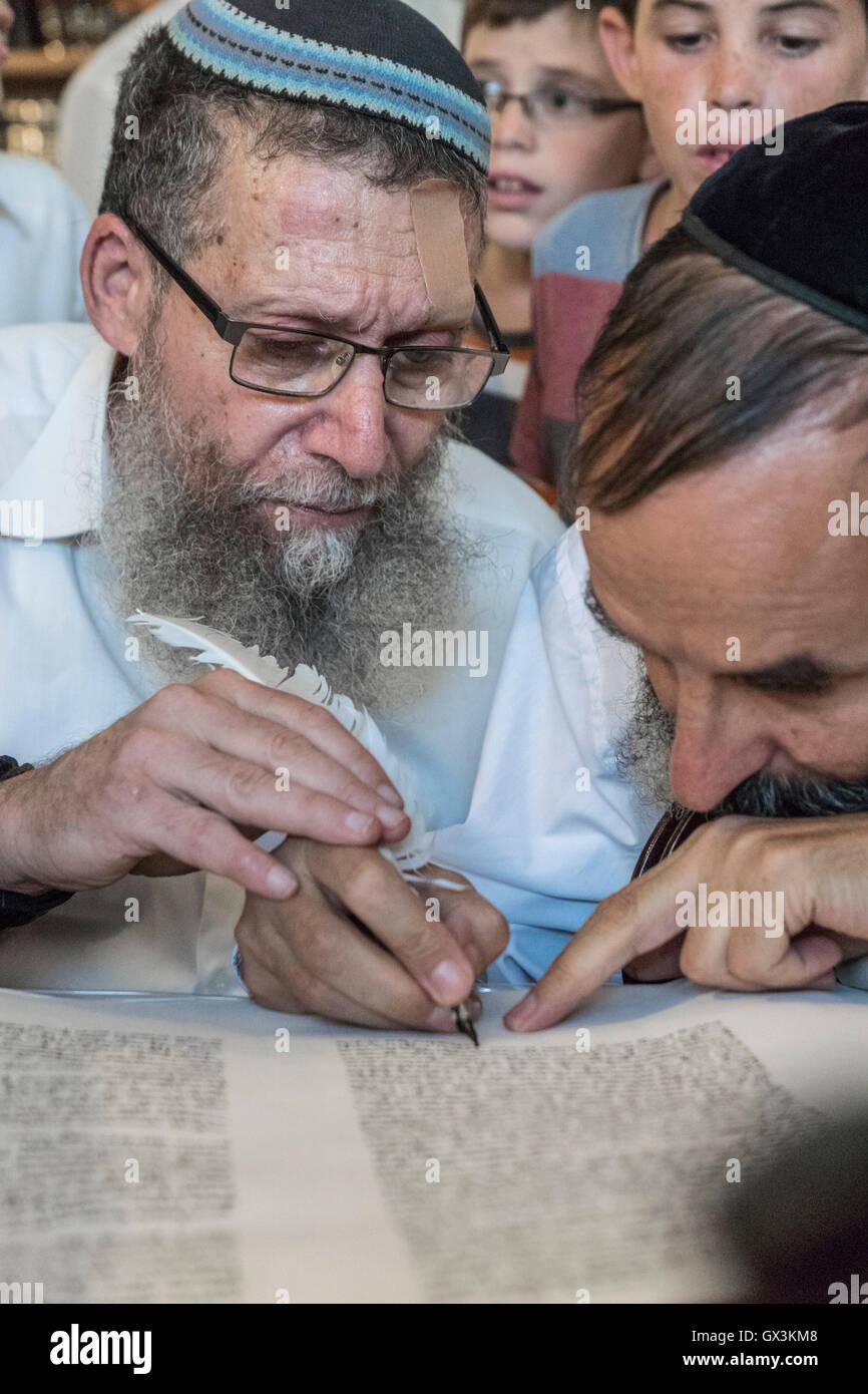 Neria, Israel. 15th September, 2016. A scrivener helps a Rabbi Yehuda Henkin, a prominent Israeli Rabbi, to write - Stock Image