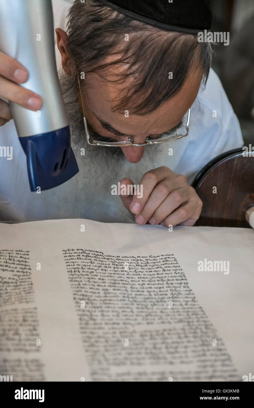 Neria, Israel. 15th September, 2016. A scrivener uses hair drier to stabilize the ink on a Torah scroll (Bible), - Stock Image