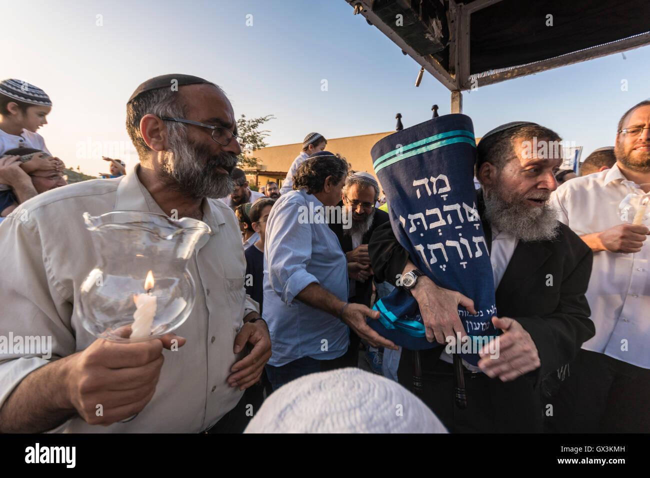 Neria, Israel. 15th September, 2016. Rabbi Yehuda Henkin, a prominent Israeli Rabbi, carries the Torah scroll (Bible/ - Stock Image