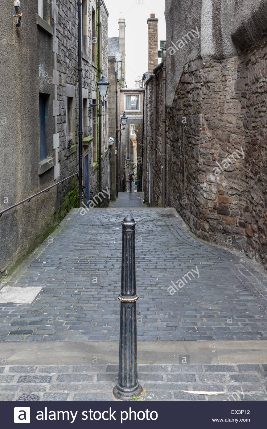 Anchor Close Edinburgh. One of many small closes leading from the Royal Mile. Named after a now closed Anchor Tavern. - Stock Image