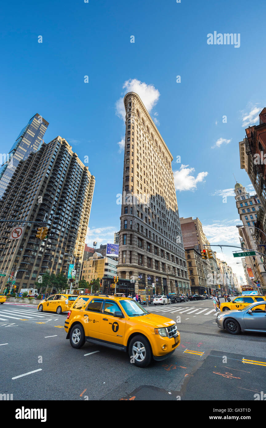 NEW YORK CITY - SEPTEMBER 4, 2016: Yellow taxis head downtown on Broadway past the Flatiron Building. - Stock Image