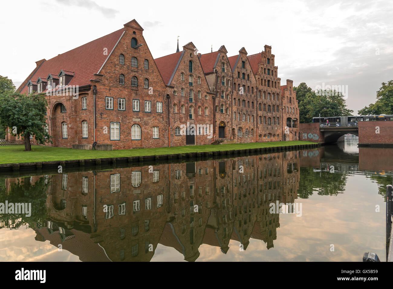 historische Salzspeicher an der Trave in Luebeck, Schleswig-Holstein, Deutschland  |  historic Salt Warehouses Salzspeicher - Stock Image