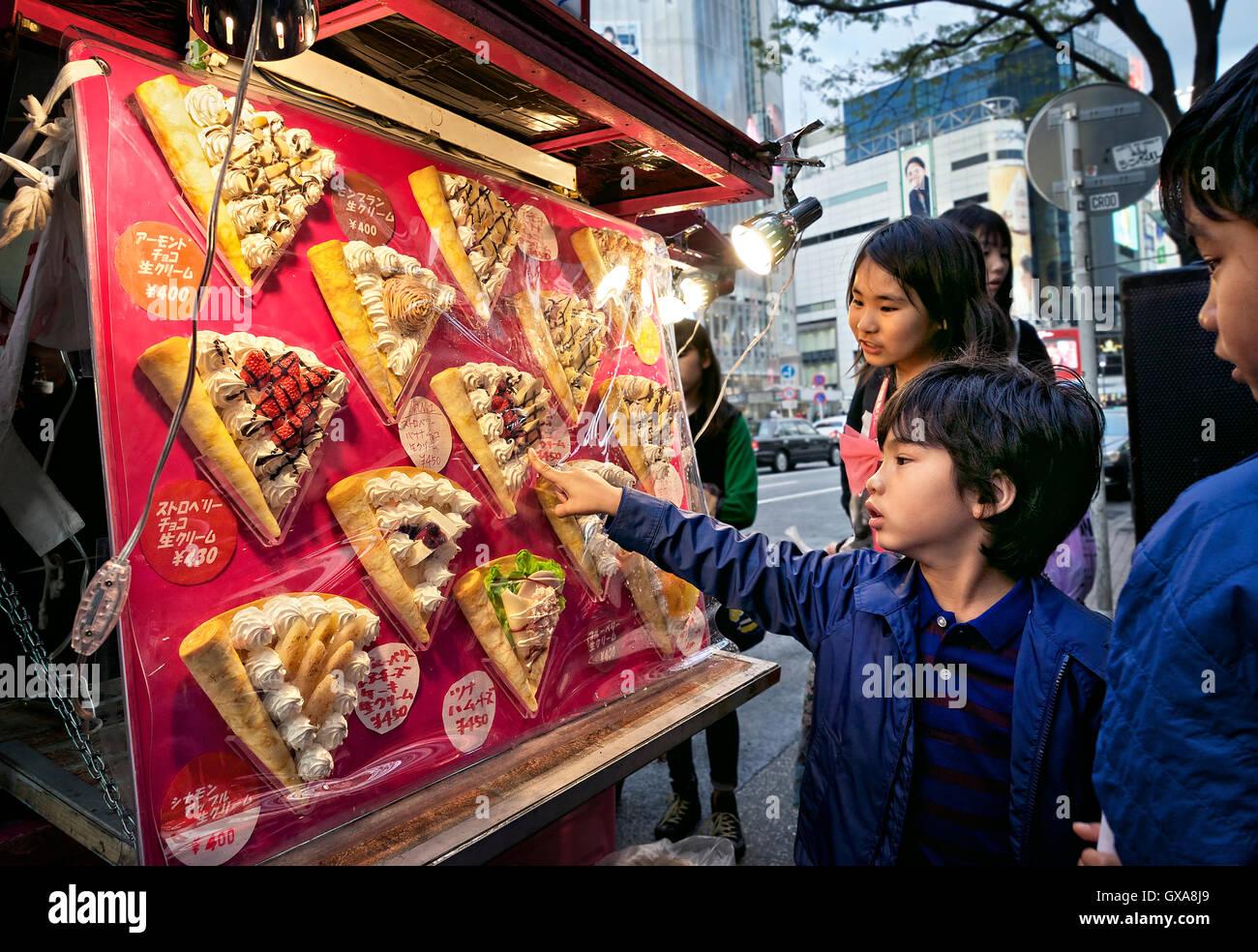 Japan, Honshu island, Kanto, Tokyo, children choosing pancakes. - Stock Image