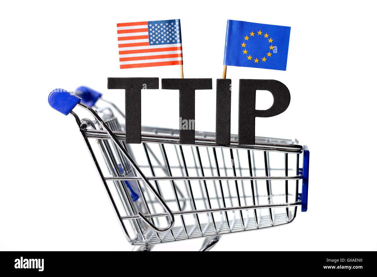 Einkaufswagen mit den Fahnen von USA und Europa, Symbolfoto Freihandelsabkommen TTIP - Stock Image