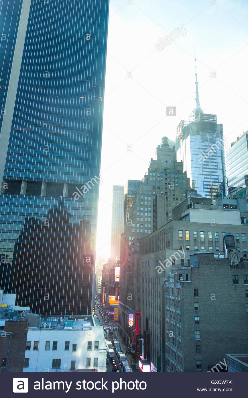 Glass-fronted skyscraper on busy street, New York, USA - Stock Image