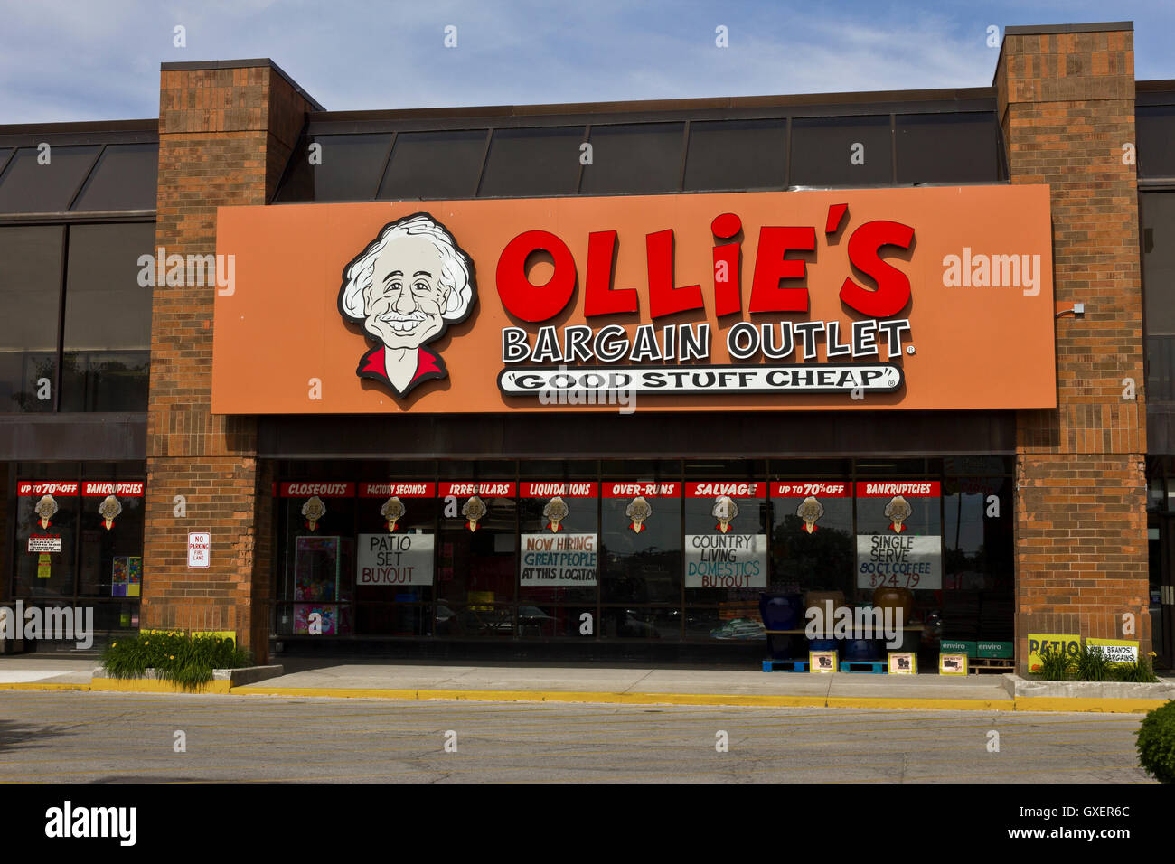Indianapolis - Circa June 2016: Ollie's Bargain Outlet. Ollie's Carries a Wide Range of Closeout Merchandise - Stock Image