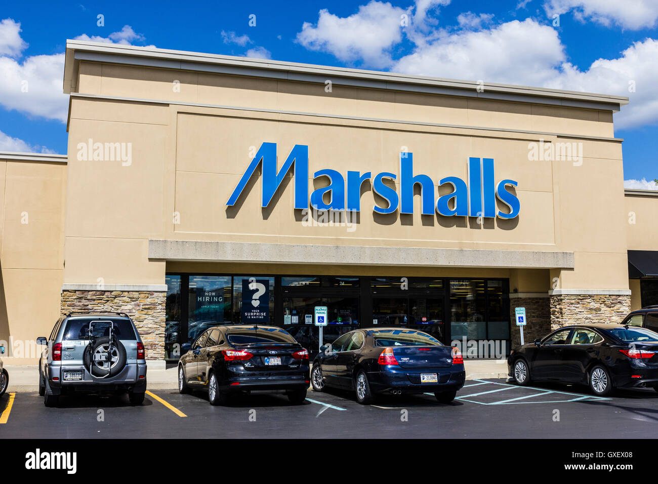 Indianapolis - Circa September 2016: Marshalls Retail Strip Mall Location. Marshalls is a Subsidiary of the TJX - Stock Image