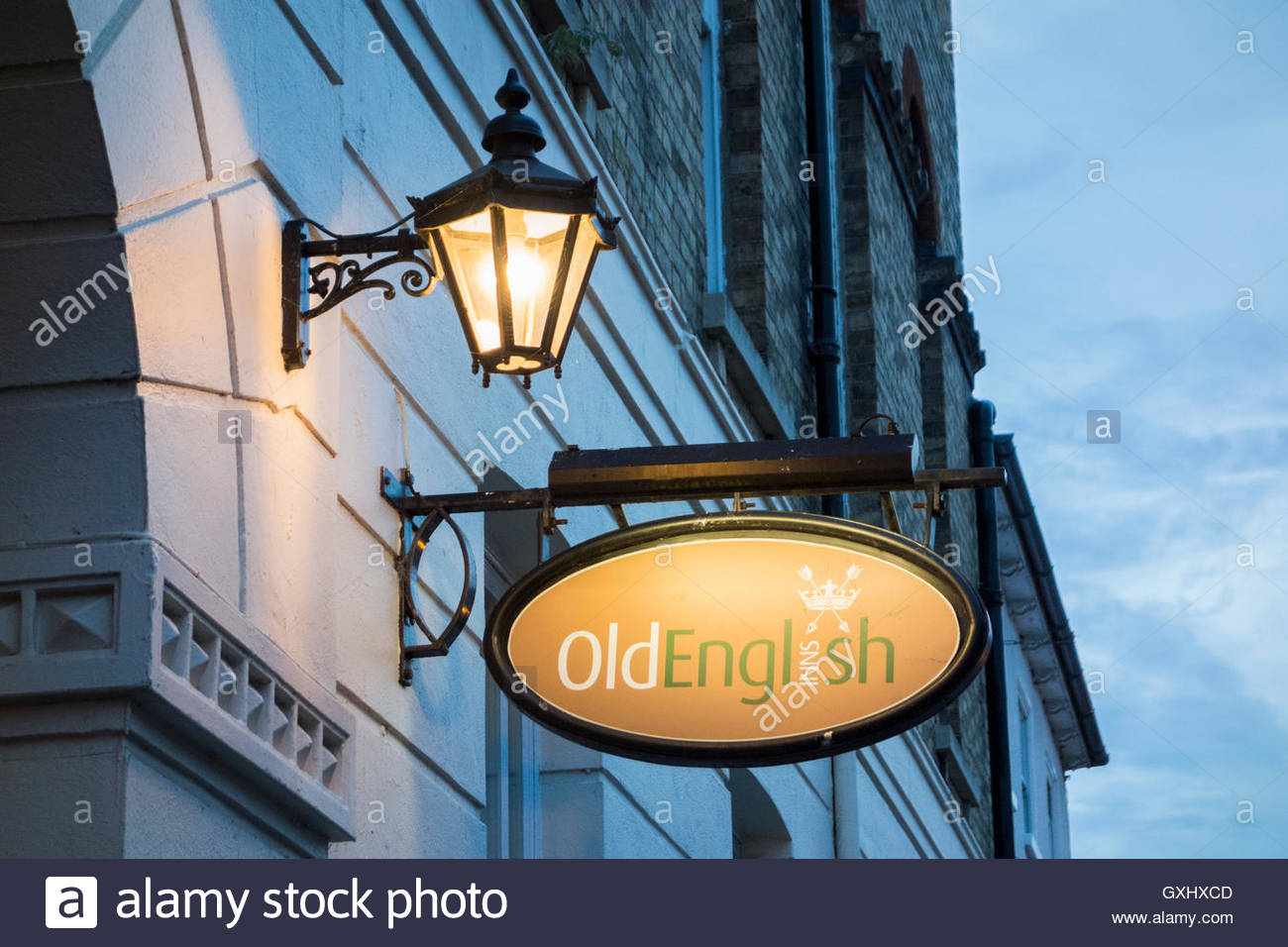Lamp and Sign for Old English Inns on the George Hotel in Huntingdon High Street, Cambridgeshire - Stock Image