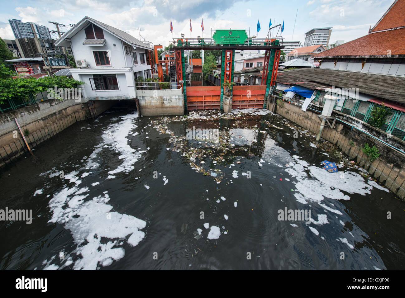 Garbage along the Chao Phraya River, Bangkok, Thailand - Stock Image