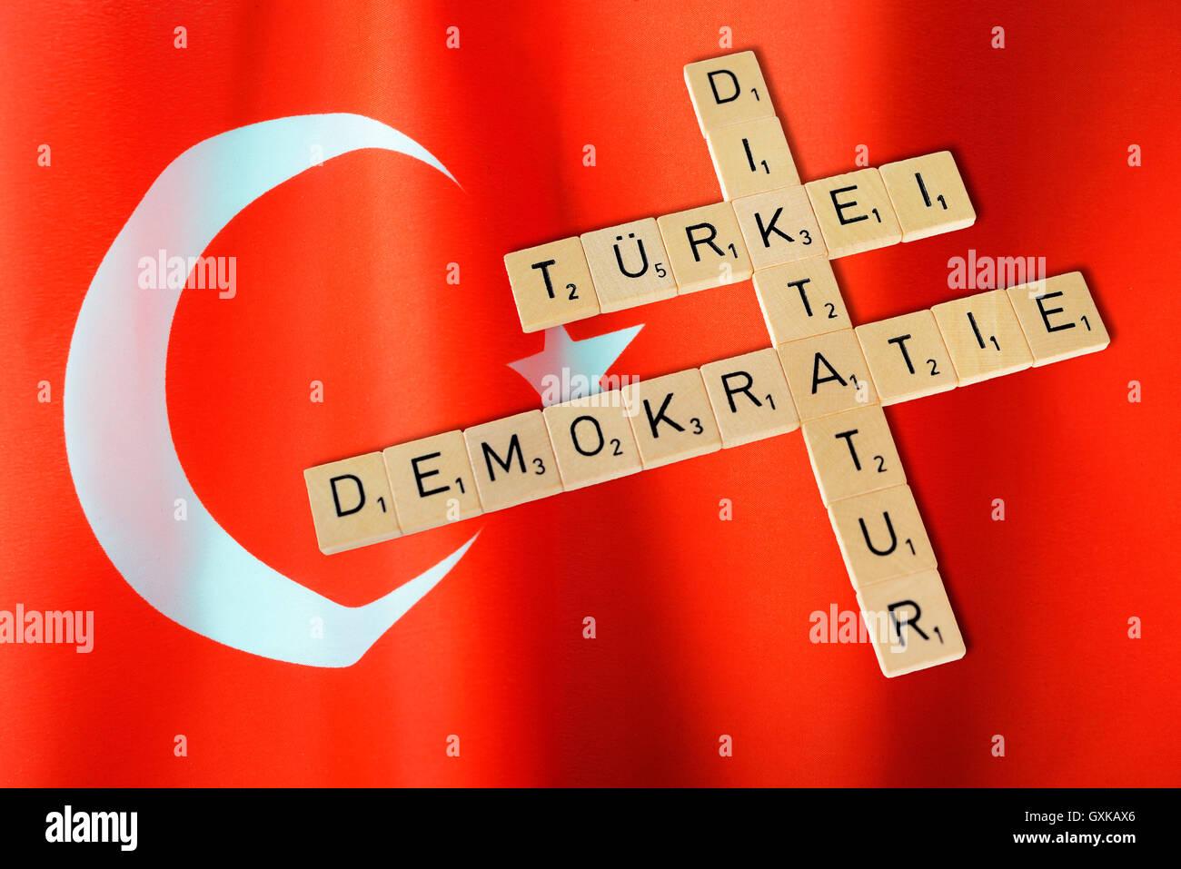 Fahne der Türkei mit Schriftzügen Demokratie und Diktatur Stock Photo