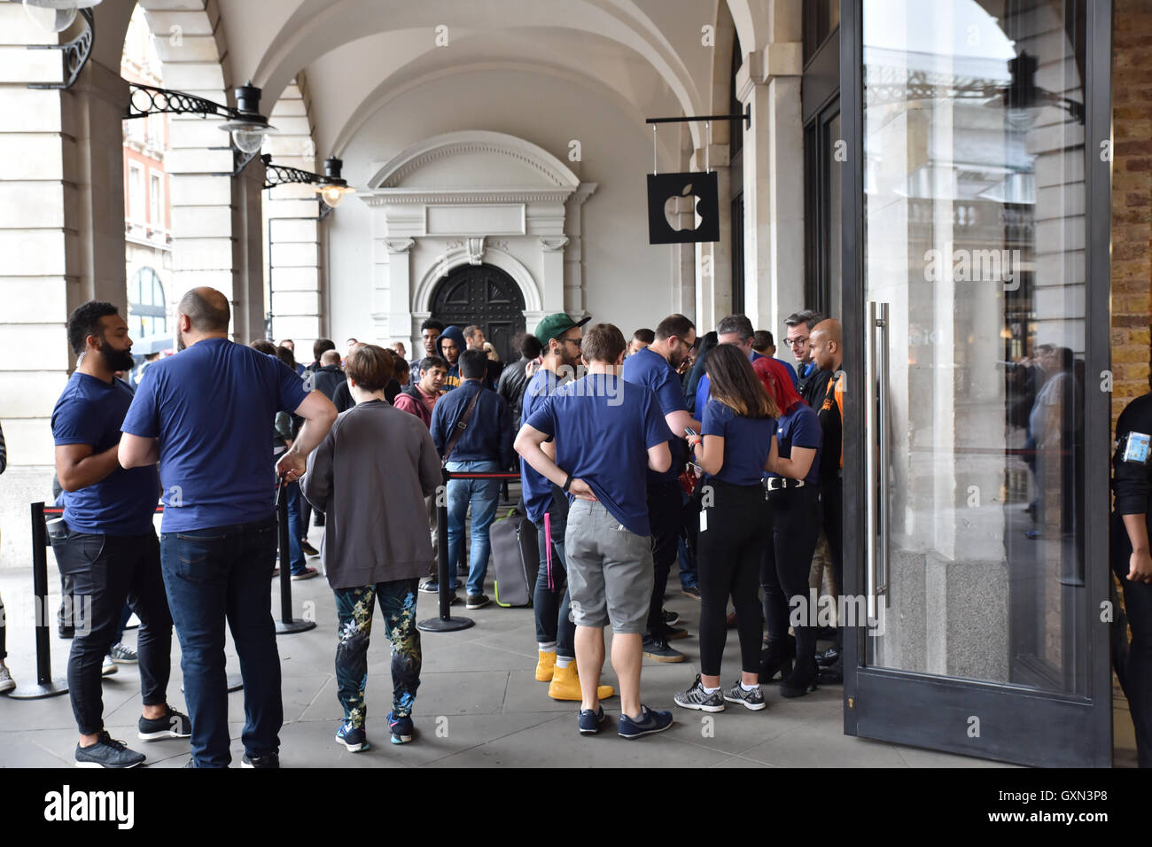 Apple Store Covent Garden, London, UK. 16th September 2016. People queue to buy the new iPhone 7 Stock Photo