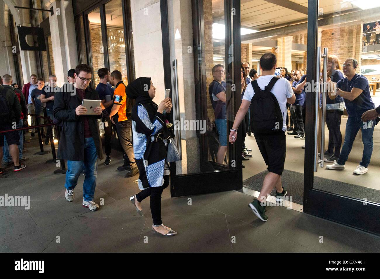 London, Britain. 16th Sep, 2016. Customers enter the Apple store in Covent Garden to collect their pre-ordered Apple - Stock Image