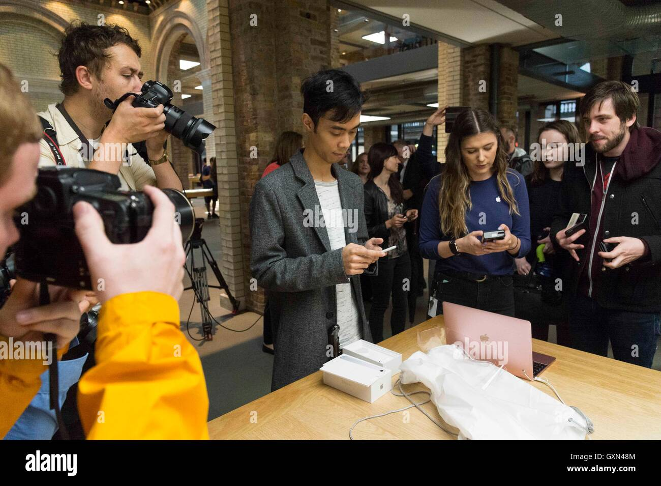 London, Britain. 16th Sep, 2016. A customer unboxes his pre-ordered Apple iPhone 7 mobile phone at the Apple store - Stock Image
