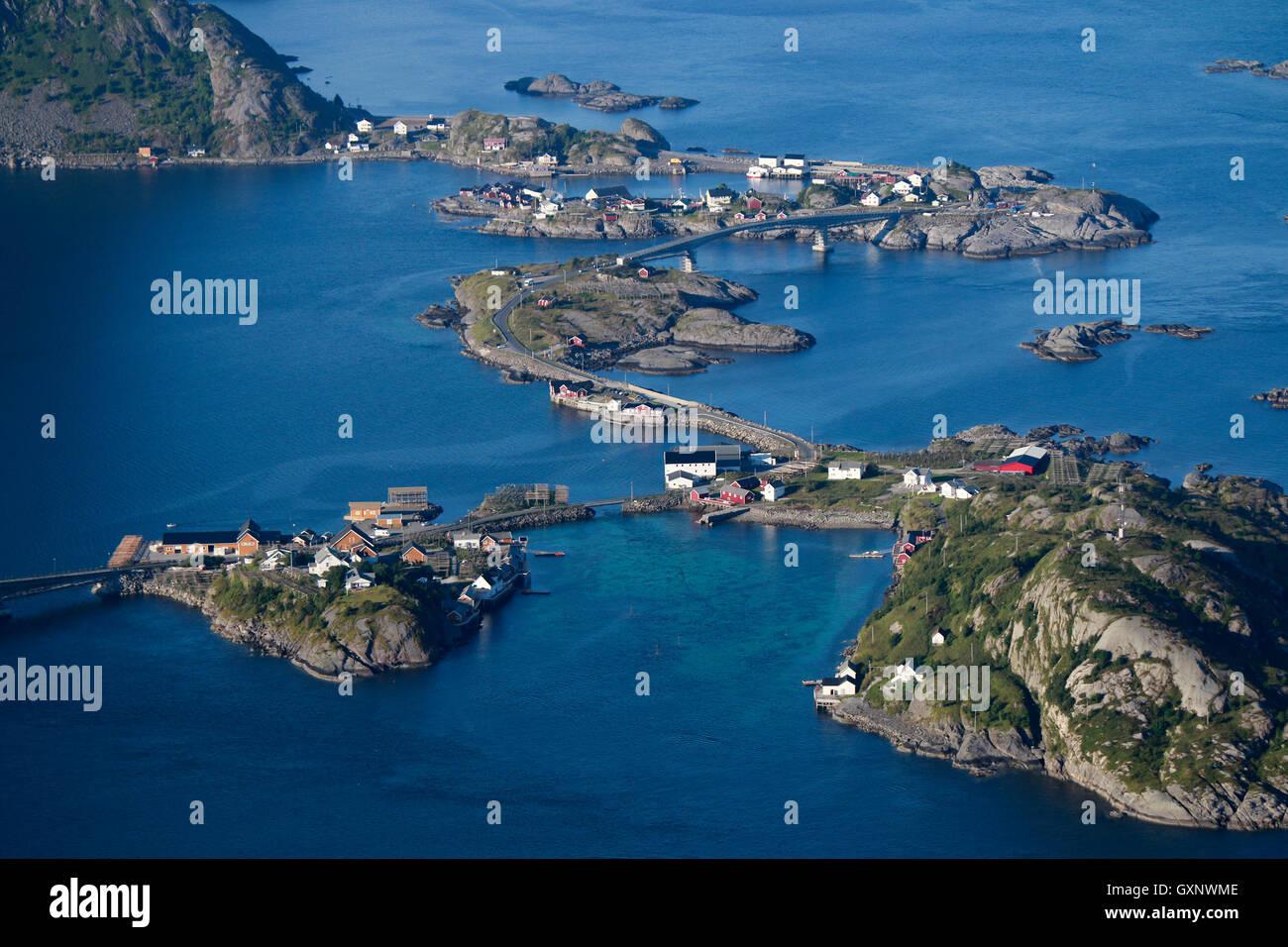 Luftbild: Hamnoy, Reine, Reinefjord vom Reinebringen aus gesehen, Lofoten, Norwegen. - Stock Image