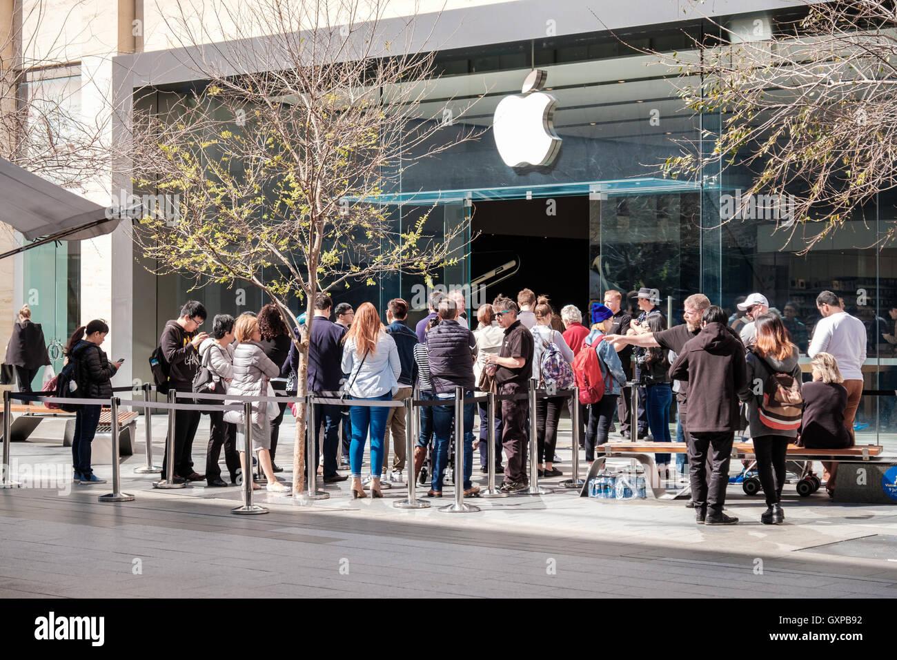 Apple Store Line Stock Photos & Apple Store Line Stock ...