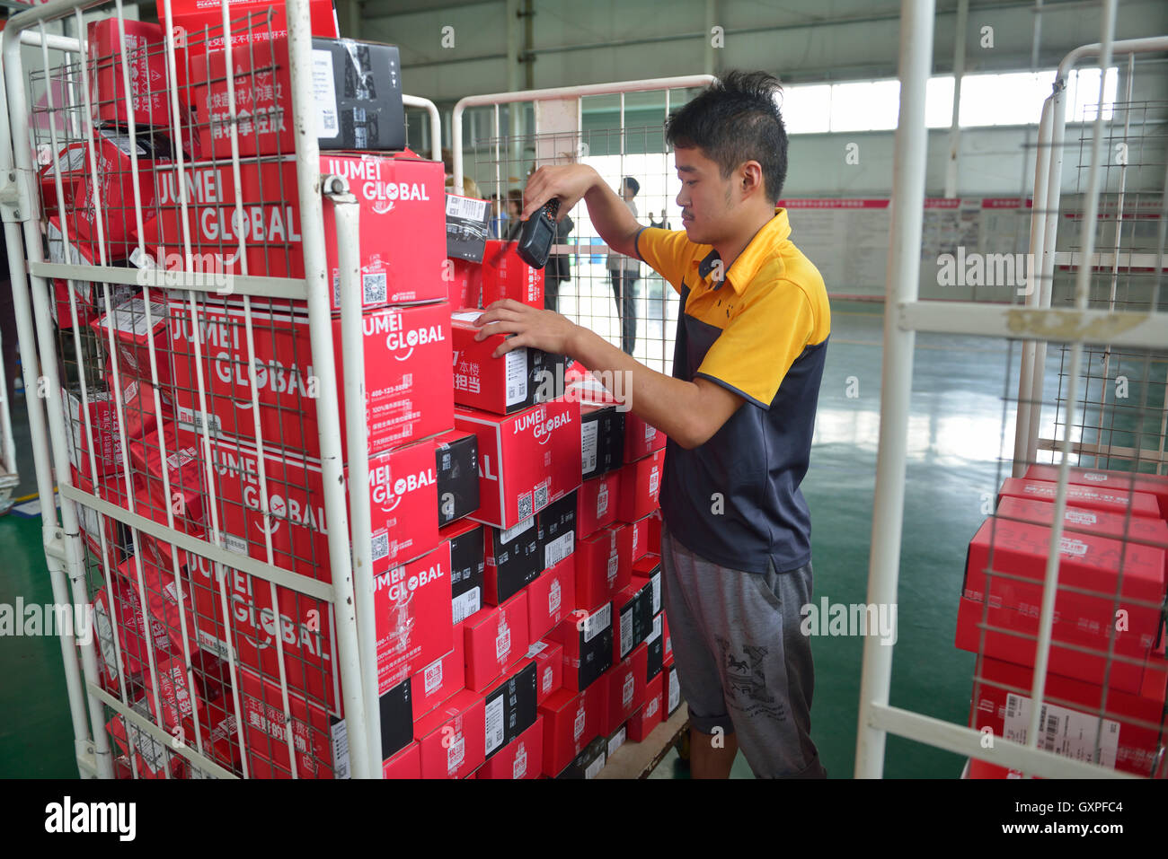 Staff checks goods shopped from overseas through Jumei Global online channel during delivery at EHL International - Stock Image
