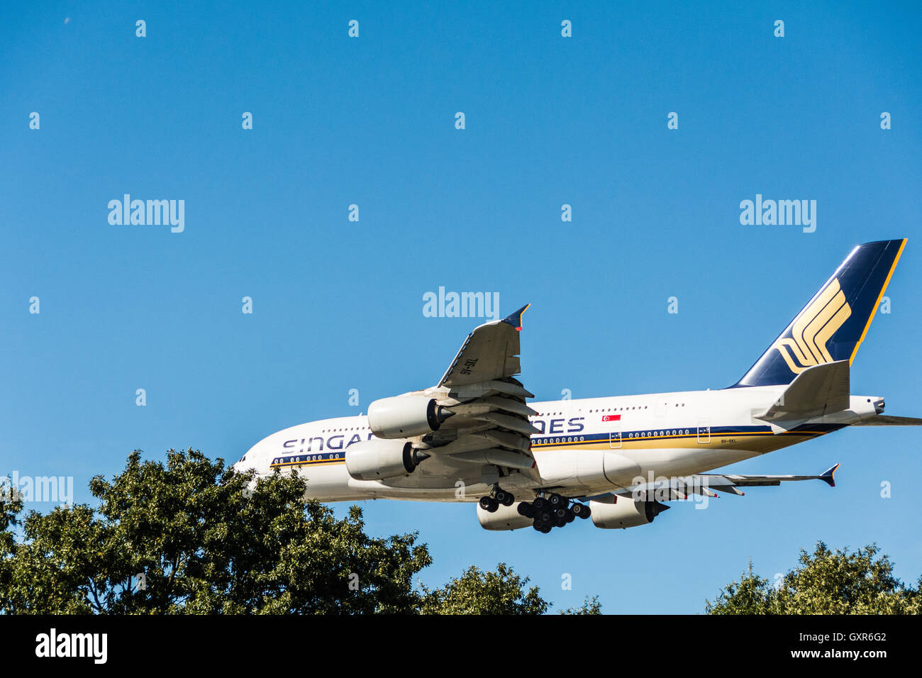 Low flying planes coming in to land at Heathrow airport, London, UK - Stock Image