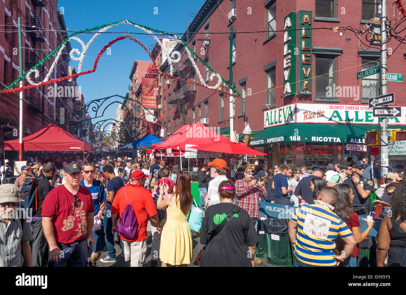 Crowds on Mulberry Street in Little Italy for the San Gennaro Feast - Stock Image