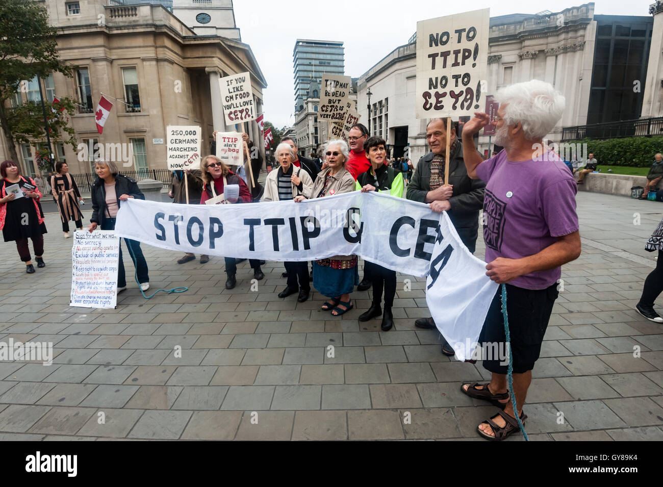 London, UK. 17th Sept 2016. Protesters hung a huge banner, sang and handed out flyers close to Canada House, warning Stock Photo
