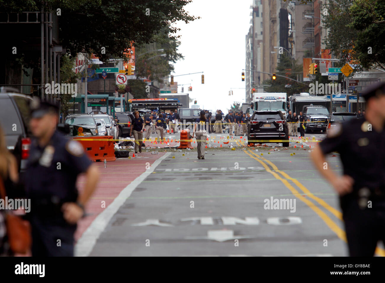 New York, USA. 18th Sep, 2016. Police, and law enforcement personnel from various agencies examine the areas for - Stock Image