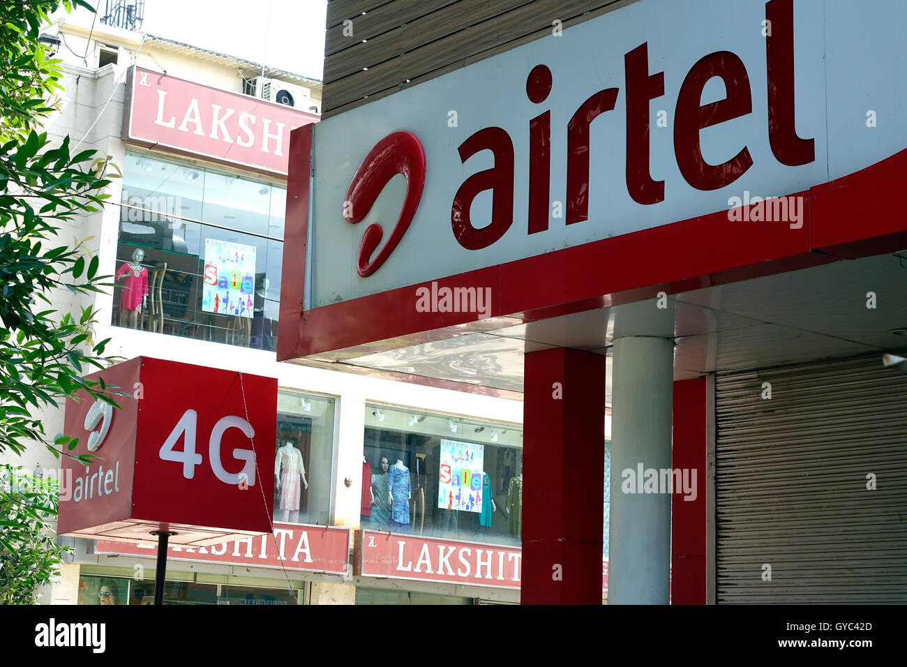 Airtel Mobile Phone Internet Net Connectivity 4G India Broadband Bandwidth shop-front market shop - Stock Image