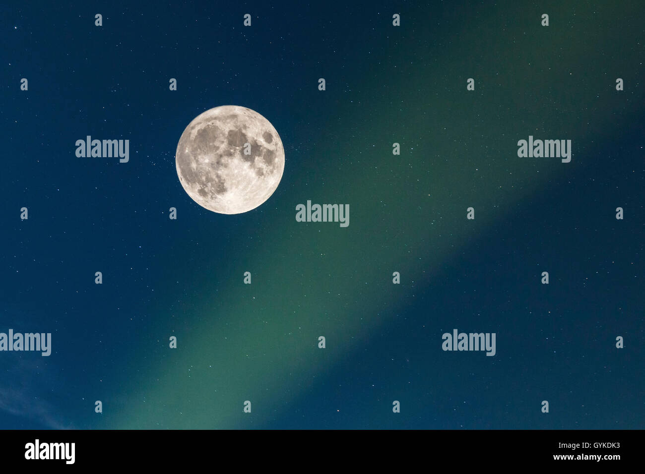 Vollmond mit Sternenhimmel und Nordlicht, Norwegen, Troms, Senja   full moon with starry sky and polar light, Norway, - Stock Image