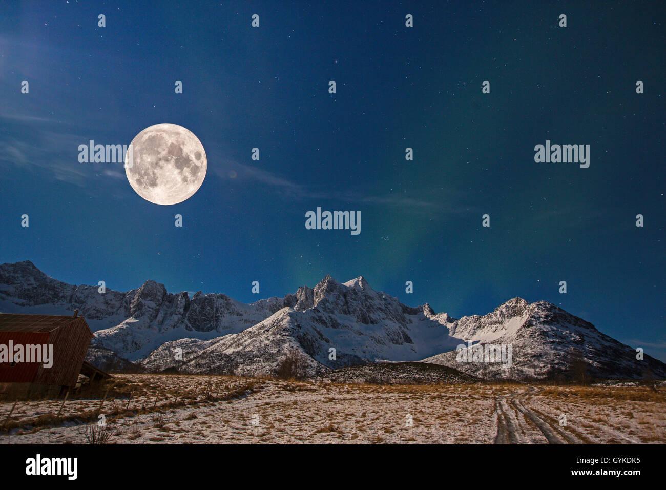 Vollmond mit Sternenhimmel und Nordlicht ueber Bergkette, Norwegen, Troms, Senja   full moon with starry sky and - Stock Image