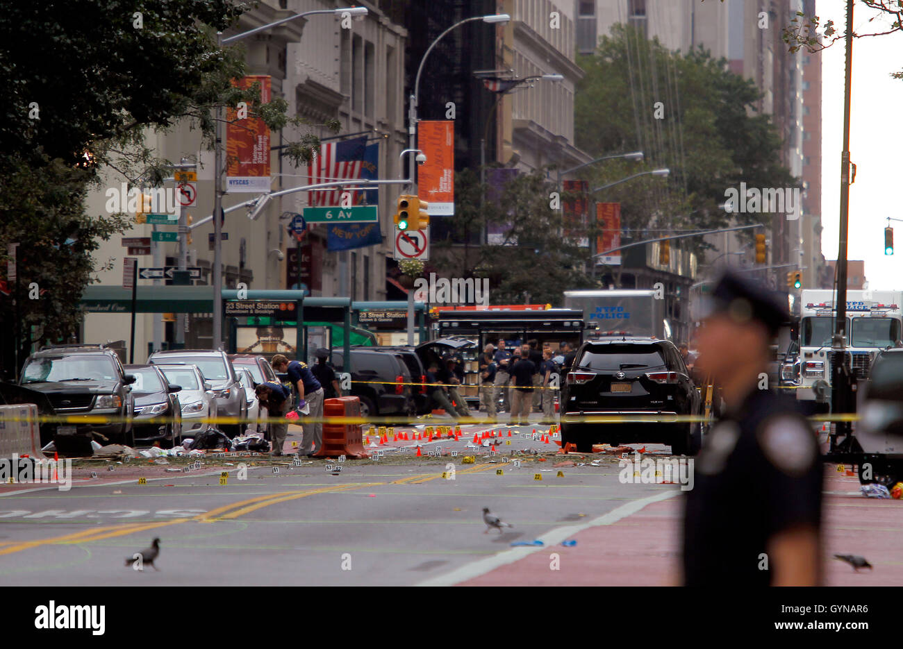 Manhattan, New York, USA.  18th Sep, 2016. Police, and law enforcement personnel from various agencies examine the - Stock Image